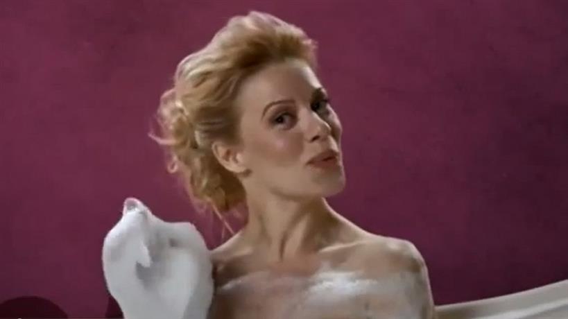 Η Ζέτα Μακρυπούλια τραγουδά γυμνή στη μπανιέρα!